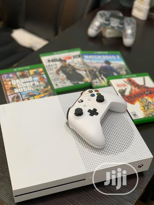 Clean Xbox One S With 1 Controller