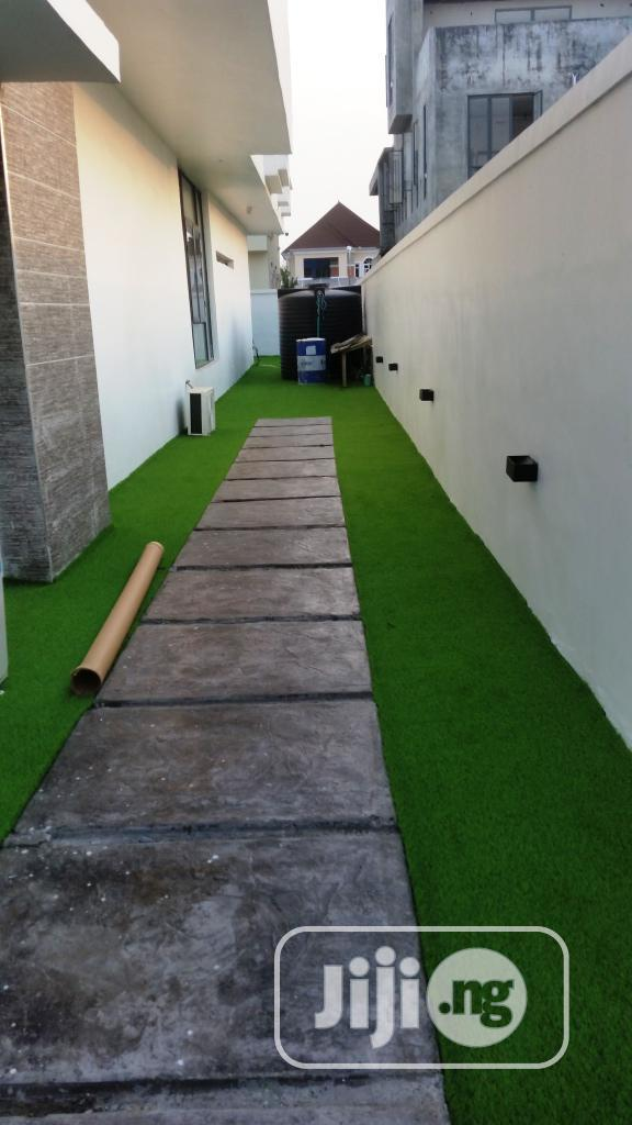 Walkway Design With Synthetic Grass